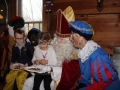 Sinterklaas bewonderd de versierde speculaaspoppen Sinterklaasfeest  2016.jpg