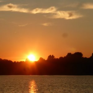 Geniet al varend van de rust, ruimte en de ondergaande zon.